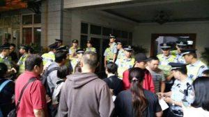 la police a démantelé la réunion de prière, Plus de 100 membres ont été emmenés par la police