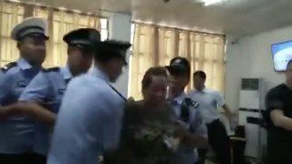 La police arrête une personne