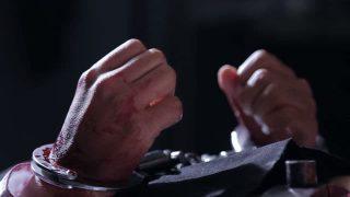 Une croyante, arrêtée et torturée, se retrouve contrainte de fuir son domicile