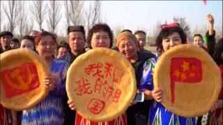Des pains « naan » « ouïghours », de la gauche vers la droite, « ornés » de la faucille et du marteau du PCC, du slogan « mon pays et moi » et du drapeau chinois, lors du Nouvel An chinois dans la ville de Turpan, dans le Xingjiang.
