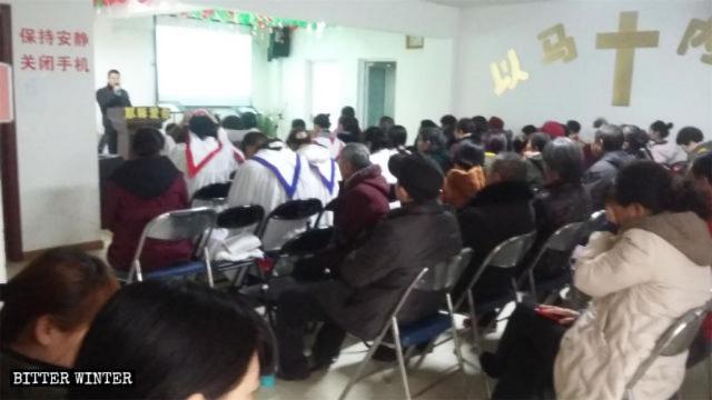 Les croyants de l'église de Xinwang se réunissent.