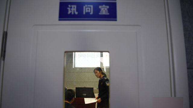 La salle d'interrogatoire d'un commissariat de police.