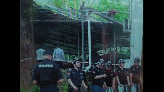 Un oratoire à côté d'une église catholique dans la ville de Xitan est démoli alors que des policiers armés gardent les lieux.