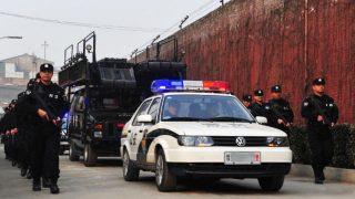 La police patrouille devant une prison provinciale du Henan