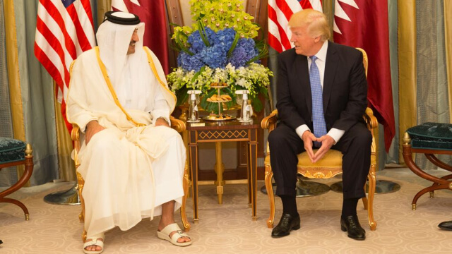 Le dirigeant du Qatar, l'émir Tamim ben Hamad Al Thani, avec le président américain Donald Trump.