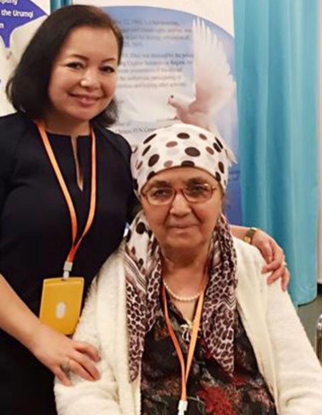 La traductrice de La Terre trempée de larmes, Rahima Mahmut, une auteure et musicienne ouïghoure en exil, avec l'auteure Söyüngül Chanisheff.