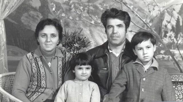 S. Chanisheff (à gauche), son mari, Latif, et leurs deux enfants, Kafiya et Azat. La photo a été prise à une époque plus heureuse de leur vie.