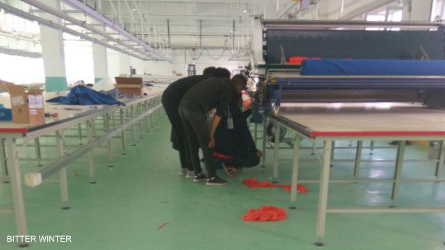 Test de machines dans l'une des usines de travail forcé mais « convenable » du camp de Yining.