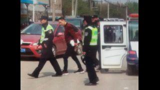 Un membre de l'église a été emmené par la police pour avoir distribué des brochures sur l'Évangile