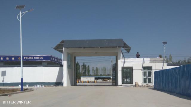 Bienvenue dans la « liberté » : entrée dans la zone du camp de Yining où les détenus doivent travailler au sein de neuf usines.