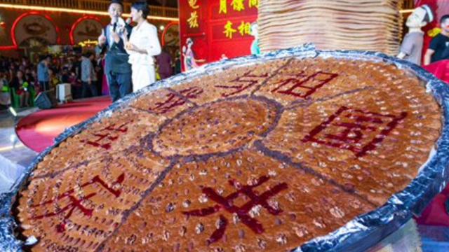 Le géant « nang » est prêt à célébrer l'anniversaire du communisme.