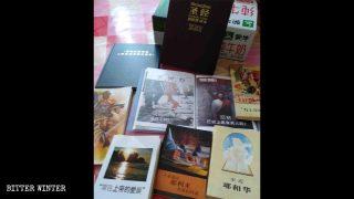 Quelques livres utilisés par l'ancien d'église Témoin de Jéhovah originaire de la Corée du Sud pour prêcher l'évangile dans la province du Shandong.