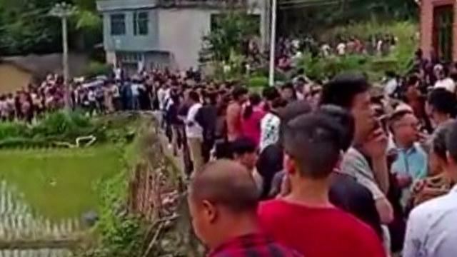 Les villageois ont spontanément organisé une manifestation pour empêcher le gouvernement de creuser les tombes et d'exhumer les corps des défunts.