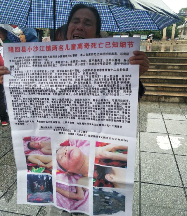 Une proche des défunts exhibe des photos des garçons décédés