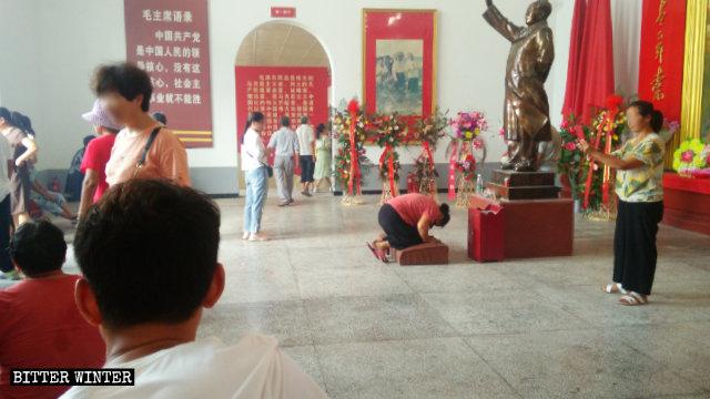 Culte dans une salle commémorative de Mao Zedong de la ville de Shangqiu dans le district de Liangyuan.