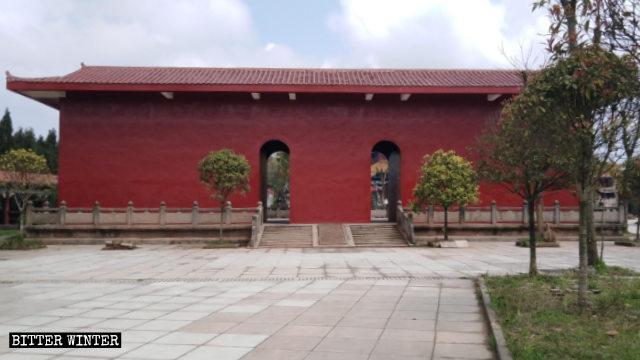 Cinq grandes statues de plein air ont été cachée dans la cour du temple taoïste.