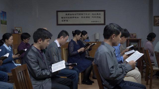 Les croyants se rassemblent sur le lieu de la réunion