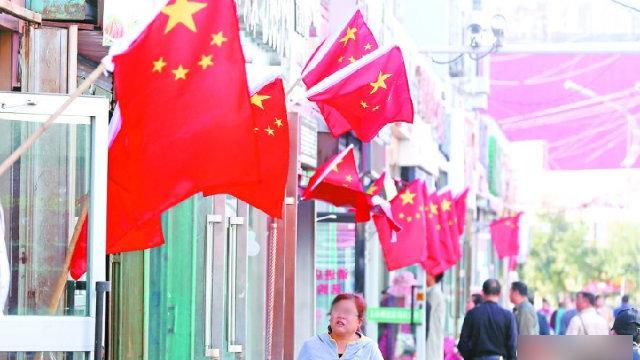 Rue au Xinjiang pleine de drapeaux